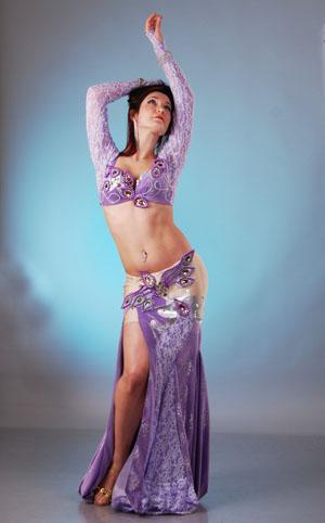 скачать фото девушки полу прозрачном белом арабском костюме для танцев