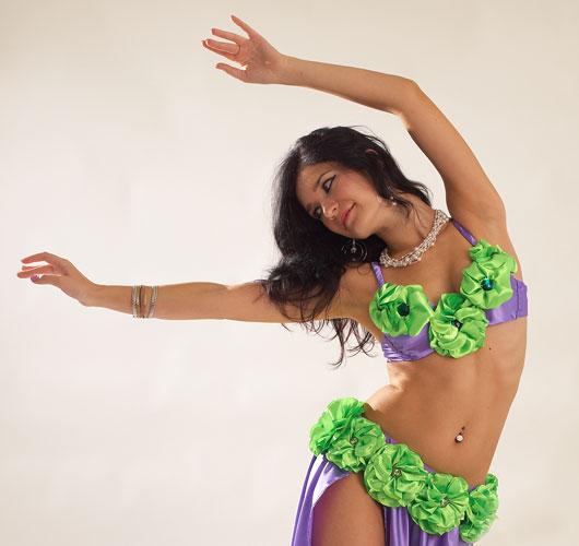Костюм состоит из лифа и пояса,декорирован.  Описание костюма для восточных танцев.